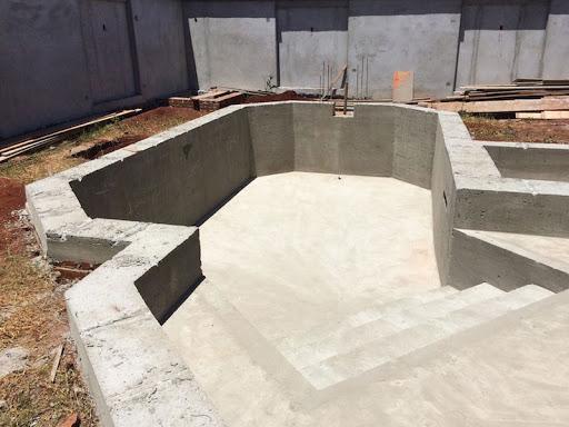 Piscina de fibra ou de concreto